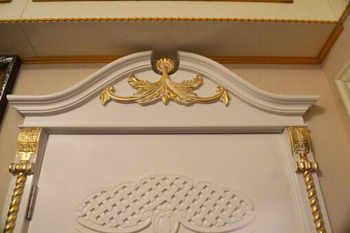 因为专注,所以专业。联曼在木门领域积累了大量经验,研发出一套独有的艺术风格与设计理念。此款门属于实木门,欧式复古风,外观高贵优雅,散发出欧式贵族的气息。象牙白的门面,搭配以手工贴金的奢华工艺,美观大方,尽显优雅气质。门头,门把手与门框,采用的手工贴金工艺,佐以做旧工艺,在华贵的金质感上增加岁月的韶华。门面设计走欧式贵族路线,高贵典雅,极具质感,象牙白的门面搭配复古、典雅的浮雕,让人仿佛置身于欧式城堡之中。浮雕工艺精美细致,层次感极强,搭配门头的欧式古堡造型,彰显户主身份与地位的尊贵。此款门在色彩与风格上