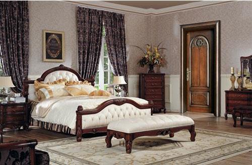 欧式古典线条的木门与整个卧室的欧式风格搭配起来