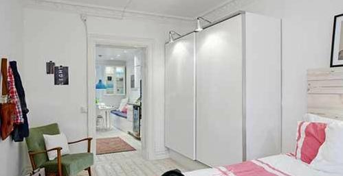 墙面用绳子和夹子打造出了一个小小的展示区,挂上照片,让卧室更加温馨