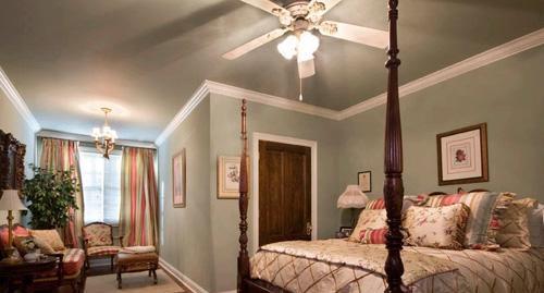 卧室装修设计小型实木沙发椅丰富了房间的内容