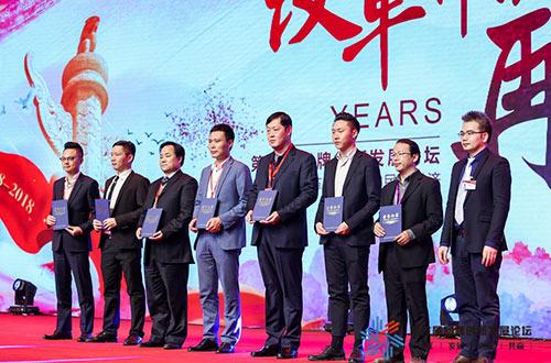 金钠莱创始人(左起第4位)荣膺品牌榜入围企业奖