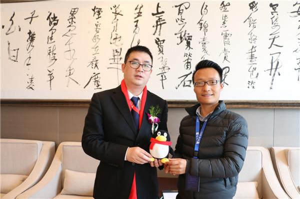 藝龍運營總監康鵬(左)與騰訊品牌經理王建波(右)合影