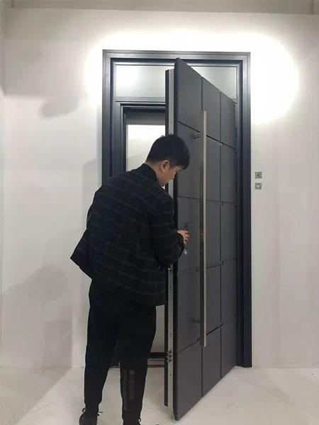 艾德曼铝雕门